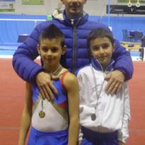 Foto degli atleti Simone ed Emmanuele alla finale nazionale del Campionato Allievi con l'allenatore Pietro (Mortara 30/11/2013)