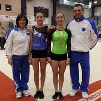 Foto per Elena ed Aurora (al centro) con gli allenatori Michela e Lele nella Finale Nazionale del Campionato di Categoria Junior - Senior. (23/11/2013) Biella
