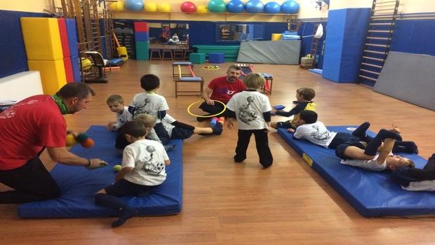 Bambini dell'ASO Cernusco giocano in palestra